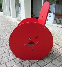 Fauteuil peint en rouge fait avec des tourets